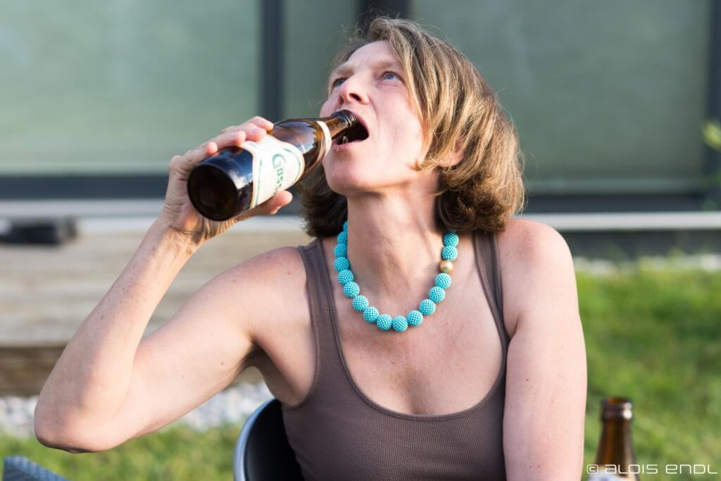 Frau beim Biertrinken